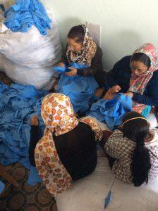 Donne che preparano le uniformi scolastiche